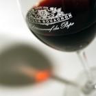 verre de vin rouge en gros plan estampillé du logo du Pavillon des Vins Bouachon