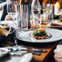 Assiette d'un restaurant gastronomique accompagnée de vin