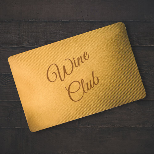 illustration d'une carte de membre du wine club couleur or sur une table en bois